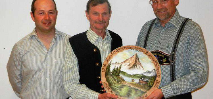 Lorenz Mühlhauser übergibt seine Geburtstagsscheibe an Gewinner Wolfgang Heigermoser