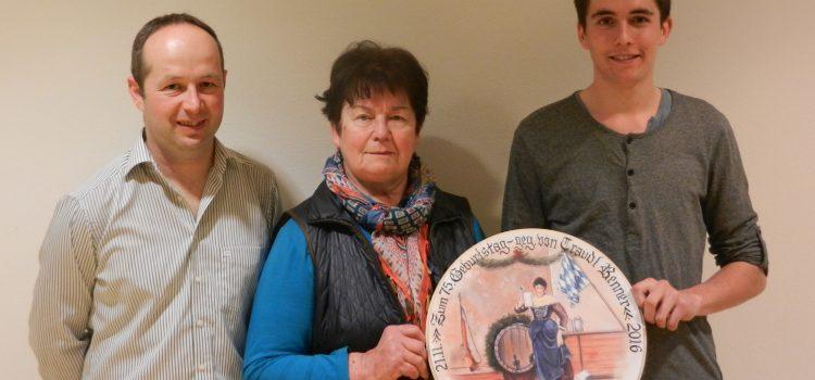 Traudl Renner übergibt ihre Geburtstagsscheibe an Enkel Raphael Riml
